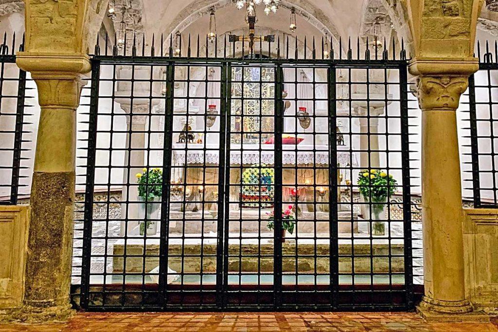 Святой Николай в крипте в базилике в Бари