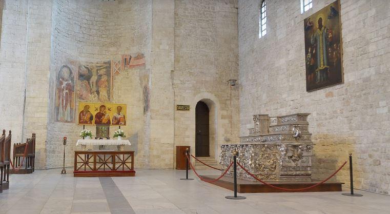 Серебряный алтарь в трансепте базилики св. Николая