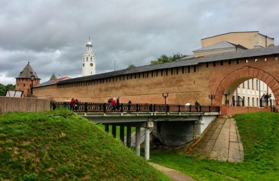Вход в новгородский Кремль со стороны парка