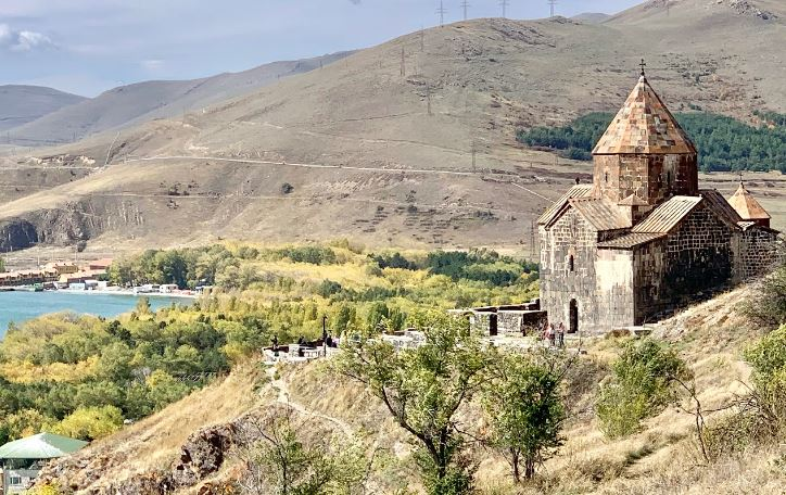 Монастырь Севанаванк на Севане фото