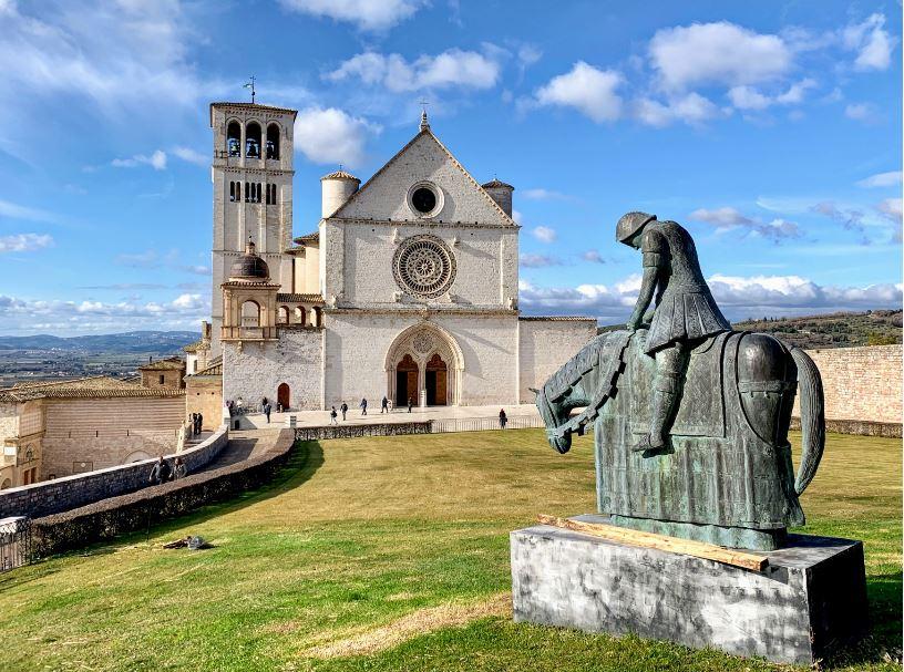 Вид на базилику святого Франциска в Ассизи