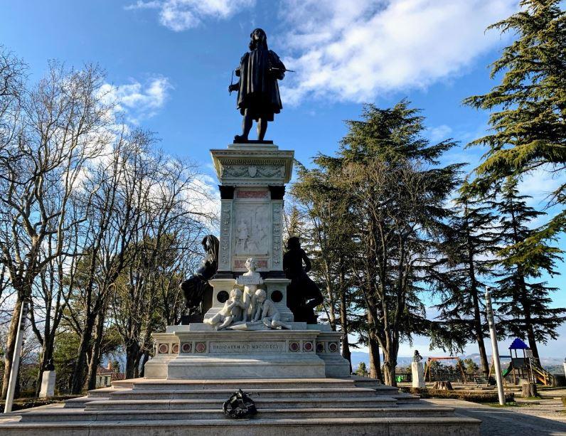 Памятник Рафаэлю в Урбино фото